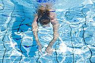 Woman swimming in pool - GWF00642