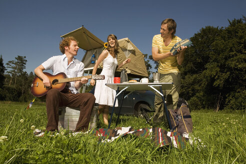 Germany, Bavaria, Friends, Young man playing guitar - RDF00572