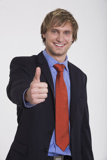 Young businessman, thumbs up, smiling - RDF00815