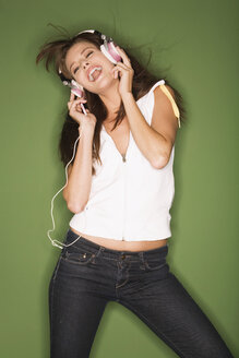 Young woman listening to music from MP3 player - RDF00758