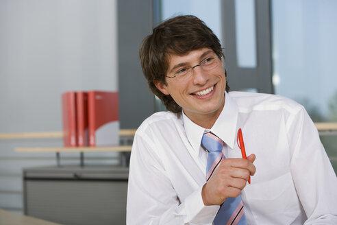 Young businessman, smiling, portrait - HKF00261