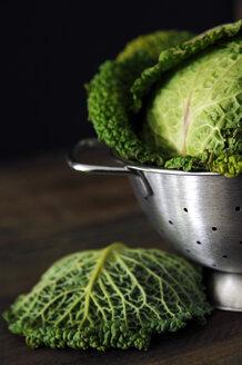 Savoy cabbage in strainer, close-up - 00422LR-U