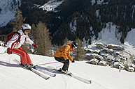 Austria, Salzburger Land, Altenmarkt- Zauchensee, Young couple skiing, side view - HH02482