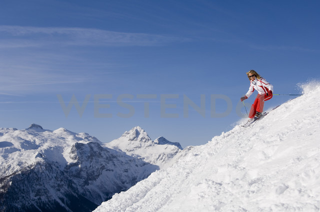 Austria, Salzburger Land, Altenmarkt-Zauchensee, Young woman skiing - HH02475