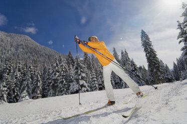 Austria, Salzburger Land, Altenmarkt-Zauchensee,   Young woman cross-country skiing - HH02514