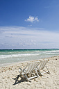 Mexiko, Yucatan, Empty deckchairs by the sea - GNF00989