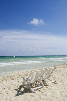 Mexiko, Yucatan, Empty deckchairs by the sea - GNF00989