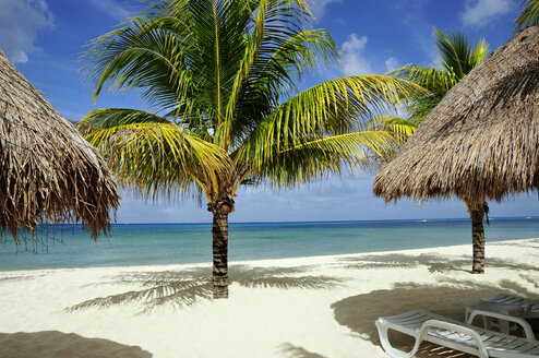 Mexiko, Cozumel, Beach chair and Palapas on tropical beach - GNF00977