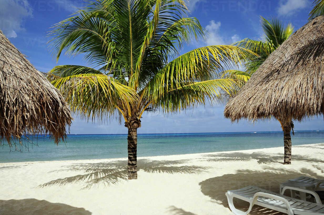Mexiko, Cozumel, Beach chair and Palapas on tropical beach - GNF00977 - Gerald Nowak/Westend61