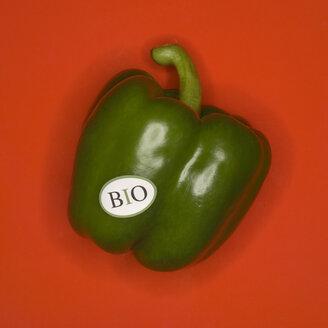 Green pepper, organic, elevated view - MUF00509