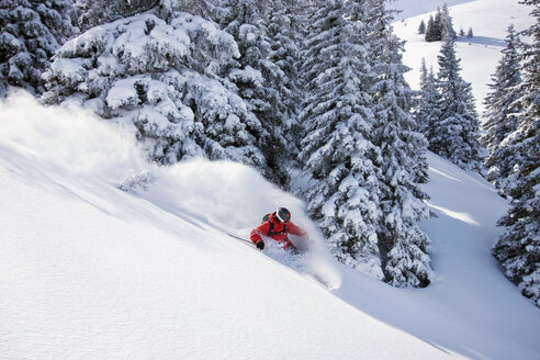 Austria, Tyrol, Kitzbühel, Pass Thurn, Freeride, Man skiing downhill - FFF00927