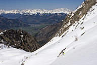 Austria, Salzburger Land, Kaprun, Freeride, Man skiing downhill - FFF00924