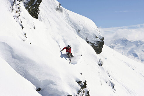 Austria, Tyrol, Zillertal, Gerlos, Freeride, Man skiing downhill - FFF00915