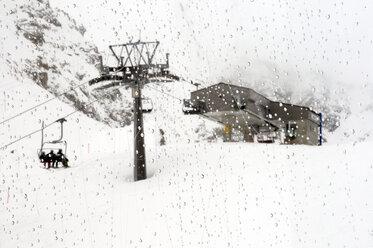 Switzerland, Graubünden, Arosa, Skiers riding chairlift - AWD00072