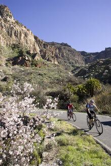 Spain, The Canary Islands, Couple mountain biking - DSF00208