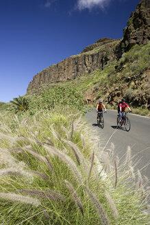 Spain, The Canary islands, Gran Canaria, Couple mountain biking - DSF00204