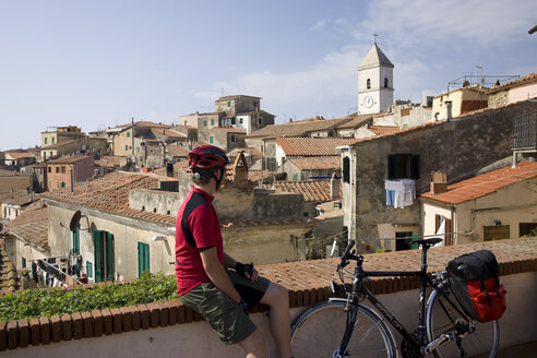 Italy, Tuscany, Capoliveri, Mountainbiker taking a break - DSF00162