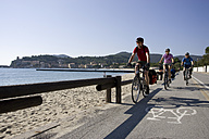 Italy, Tuscany, Campo nell'Elba, Mountainbikers riding on the seaside - DSF00150