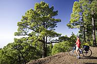 Spain, The Canary Islands, La Palma, Woman with mountain bike - DSF00123
