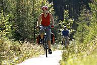 Germany, Bavaria, Oberland, Couple mountain biking - DSF00114