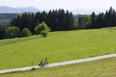 Germany, Bavaria, Oberland, Two women mountain biking - DSF00039