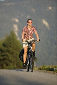 Germany, Bavaria, Mittenwald, Woman mountain biking - DSF00012
