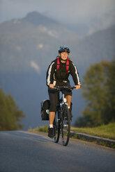 Germany, Bavaria, Mittenwald, Woman mountain biking - DSF00009