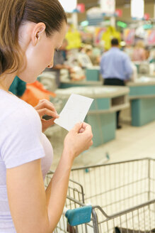Young woman going shopping in a supermarket - ABF00460