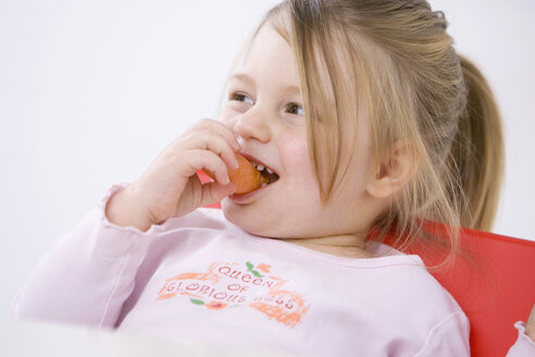 Little girl (3-4) eating a carrot, portrait - SMO00239