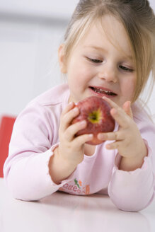 Little girl (3-4) holding an apple, portrait - SMO00230