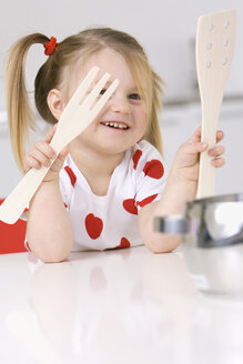 Little girl (3-4) playing with wooden cutlery - SMO00227