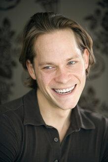 Young man, smiling, portrait - KM01322