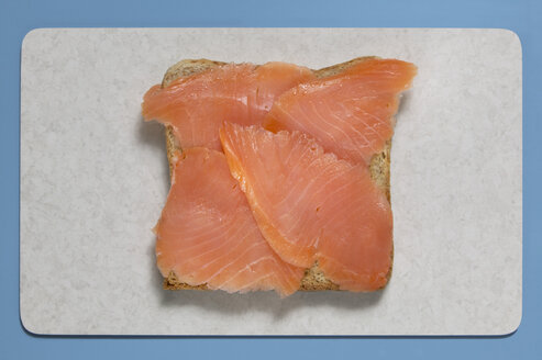 Slice of bread with salmon, elevated view - THF00935