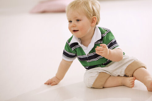 Baby boy (1-2) playing on floor - SMO00377