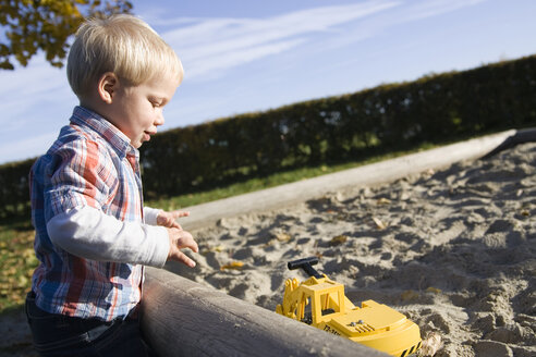 Little boy (2-3 playing in sandpit - SMO00254