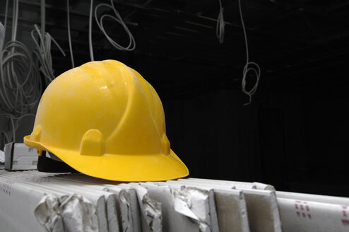 Hard hat on construction site, close-up - 00482LR-U