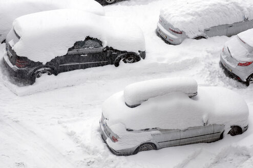 Snow-covered cars on street, elevated view - AWDF00283