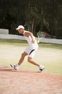 Man playing tennis - UKF00159