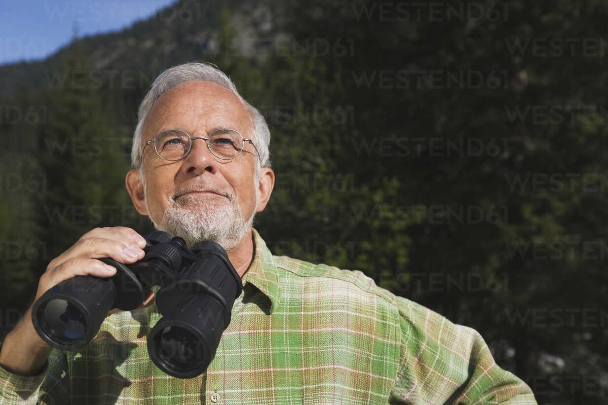 Austria, Karwendel, Senior man holding binocular, portrait - WESTF10499 - WESTEND61/Westend61