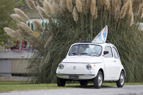 Italy, Tuscany, Car with surfboard - FF01005