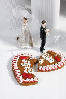 Wedding couple figurines and broken gingerbread heart - 09813CS-U