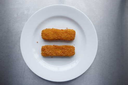 Fish fingers on plate, elevated view - KSWF00276