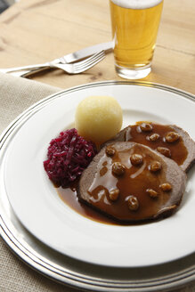 Rhenish marinated beef, dumpling and red cabbage, elevated view - KSWF00258