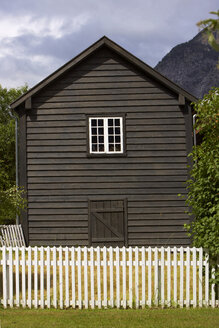 Norway, Laerdasory, Timber house, fence in foreground - MR01145