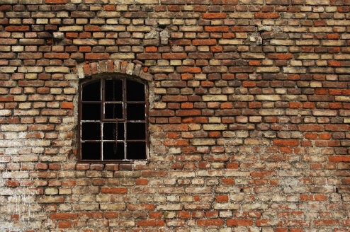 Brick wall, old window, full frame - 00499LR-U