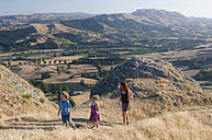 New Zealand, Havelock North, Mother and children hiking - SHF00380