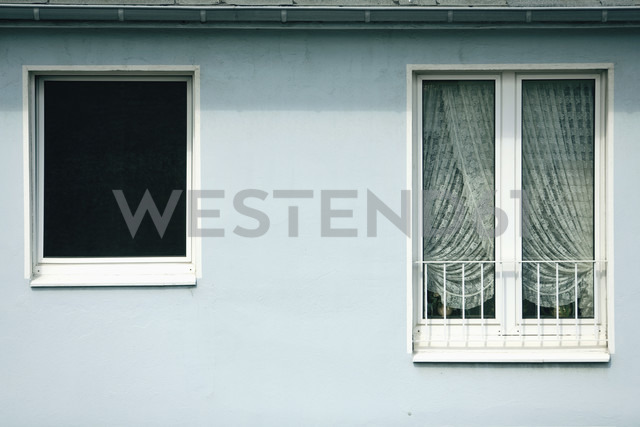 Germany, Düsseldorf, House facade, windows - MF00404 - Mareen Fischinger/Westend61