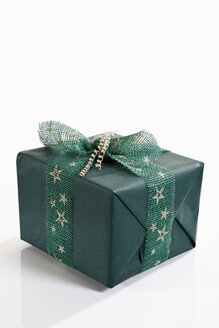 Gift wrapped with green wrapping paper - 11139CS-U