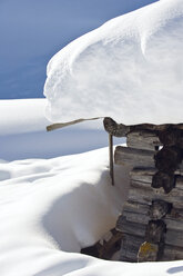 Italy, South Tyrol, Seiseralm, Snow covered log cabin, close-up - WESTF11353