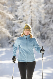 Austria, Tyrol, Seefeld, Woman cross country skiing - MIRF00014